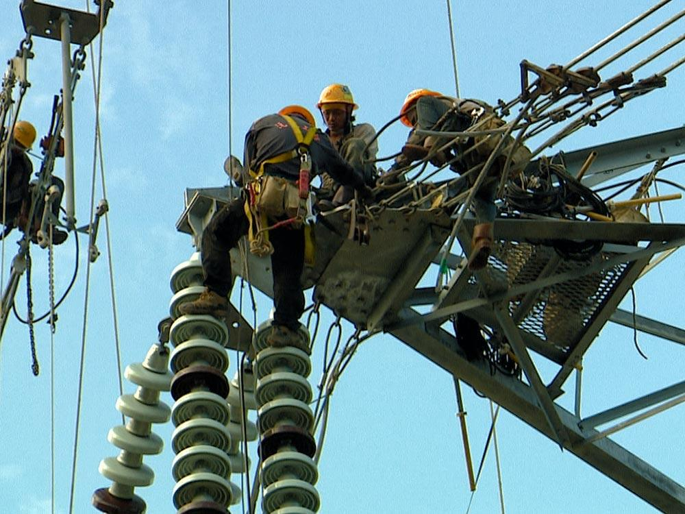 直擊 搶修倒塌電塔