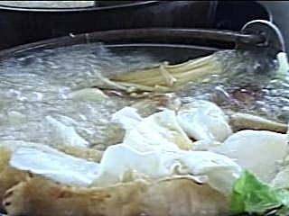 湯頭濃郁熬三天 白蛸拉麵饕客愛 咖哩加沖繩黑糖 降低辛辣增甜味 美味蒜燒腿排 外酥內嫩入口即化