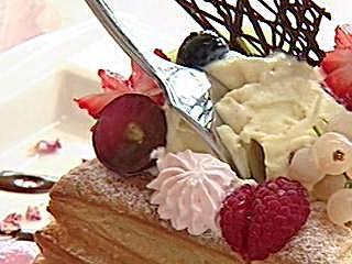 結合千層派.炸薯條 怪冰挑戰味蕾 創意冰品消暑 千層派酸甜冰淇淋 鹹香冰千層派 色彩繽紛視覺饗宴 炸黃金薯搭冰淇淋 消暑又能吃飽