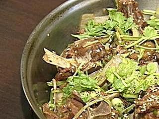 領隊最愛徐州美食「羊蠍子」上桌 羊脊形如蠍子 洋蔥爆炒香氣四溢  地鍋雞飯菜合一 腿肉Q配「喝餅」 紅燒甲魚富膠質 香辣功夫菜下飯