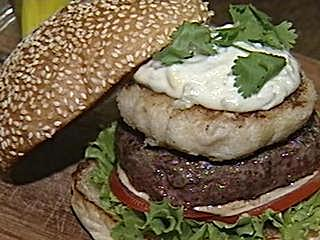 17公分巨無霸漢堡 暑假搶客拚了 鋪牛番茄加生菜 較一般大2.5倍 超豪華大漢堡 顛覆美式速食想像