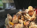 用料超豪邁! 70元海鮮麵爆炸蛤蜊圖 想吃麵?先撈開蛤蜊! 湯頭鮮甜如蜆精 一碗麵放80蛤蜊! 生意好到沒人敢應徵