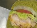 鹽漬櫻花火龍果 限量櫻花漢堡搶客 漢堡也有抹茶味 業者:試十幾次才成功 南瓜墨魚.中西合璧 創意漢堡吸客出招