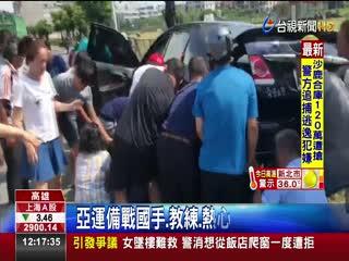 直擊!女騎士車禍捲車底眾人抬車救援